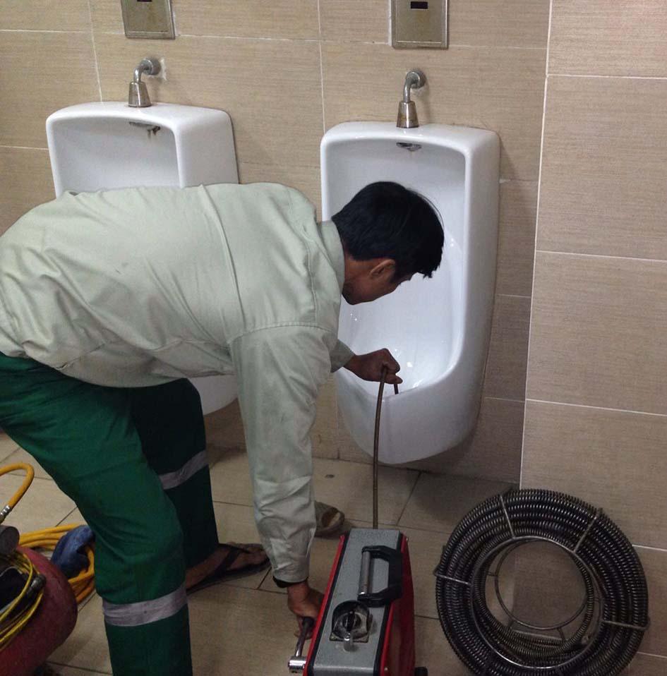 Dịch vụ thông tắc bồn tiểu nam xử lý nhanh và sạch 100% tại Phường Nguyễn Cư Trinh, Quận 1, HCM ☎ 0975.404.077 #moitruong #vietnam #Environmental #việtnam #wc #nhavesinh #bontieu #HCM