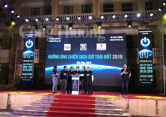 Đoàn đại biểu cùng các đại sứ bấm nút hưởng hứng giờ trái đất 2019 - Môi Trường Miền Đông #earth #moitruong #vietnam #Environmental #việtnam