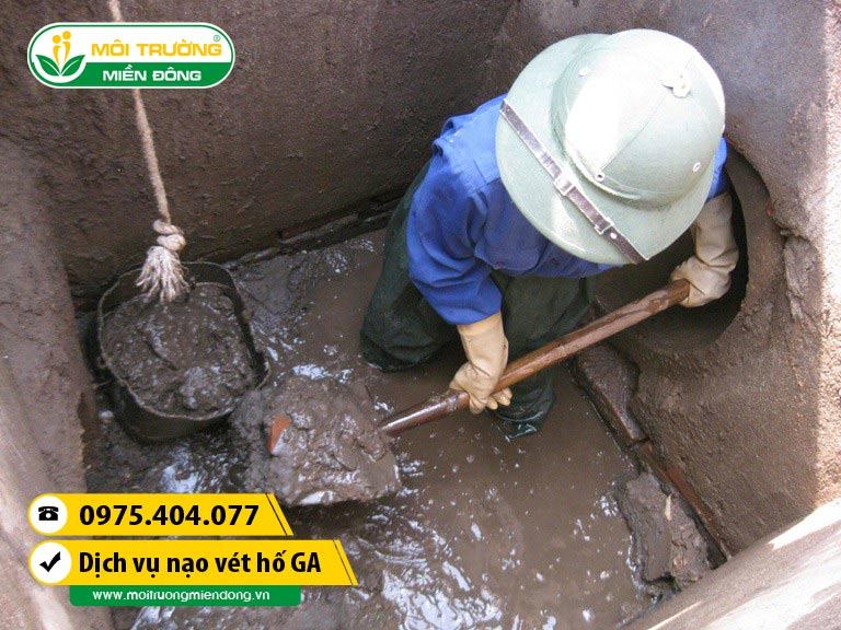 Công nhân được trang bị đồ bảo hộ khi nạo vét hố ga - hầm - cống tại xã Phú Điền, Đồng Nai ☎ 0975.404.077 #moitruong #vietnam #Environmental #việtnam #naovethoga #ĐồngNai